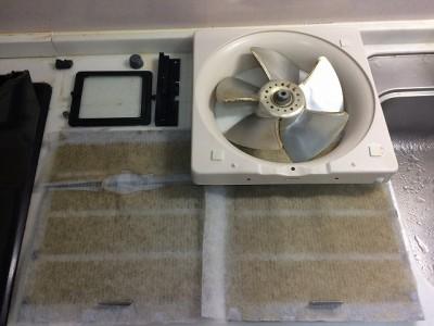 水回り5点セット 換気扇クリーニング施工前になります。