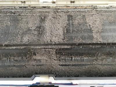 三菱製お掃除機能付きエアコンクリーニング前になります。